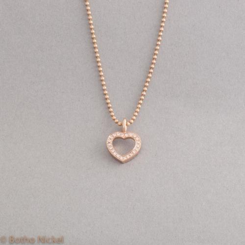 Kette aus 18 Karat Roségold mit einem Herz mit Brillanten aufgefasst, Goldschmiede Botho Nickel Schmuck Hamburg, Juwelier, Goldschmiede, Gemmologe und Diamantgutachter