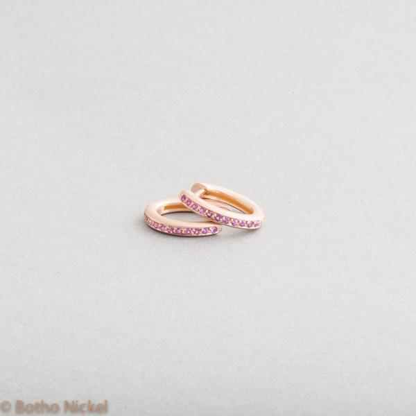 Kreolen aus 18 Karat Roségold mit pinken Saphiren, Goldschmied Botho Nickel Schmuck Hamburg, Juwelier Goldschmiede Gemmologe Diamantgutachter