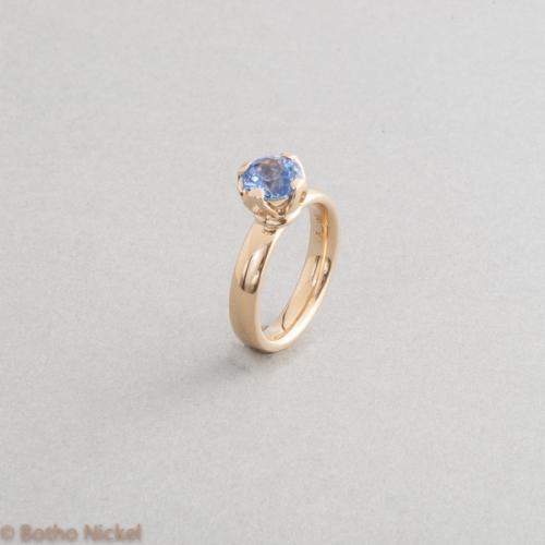 Ring aus 18 Karat Gold mit Saphir in einer Krappenfassung, Goldschmiede Botho Nickel Schmuck Hamburg, Goldschmied, Juwelier, Gemmologe und Diamantgutachter