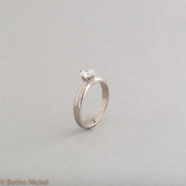 Ring aus 18 Karat Weissgold mit einem Brillanten in einer Krappenfassung, Goldschmiede Botho Nickel Schmuck Hamburg, Juwelier, Goldschmiede, Gemmologe und Diamantgutachter