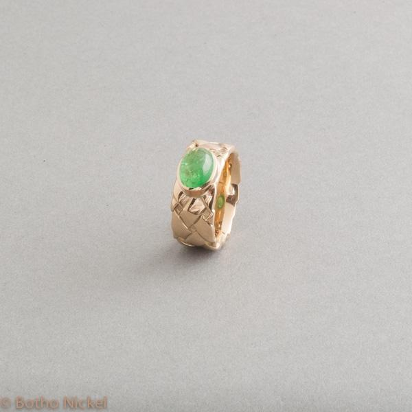 Ring aus 18 Karat Gold mit Tsavorithcabochon oval, Goldschmiede Botho Nickel Hamburg, Juwelier, Goldschmiede, Gemmologe und Diamantgutachter