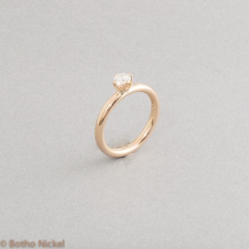 Ring aus 18 Karat Gold mit Brillant in einer Krappenfassung, Goldschmied Botho Nickel Schmuck Hamburg, Juwelier, Goldschmiede, Gemmologe und Diamantgutachter