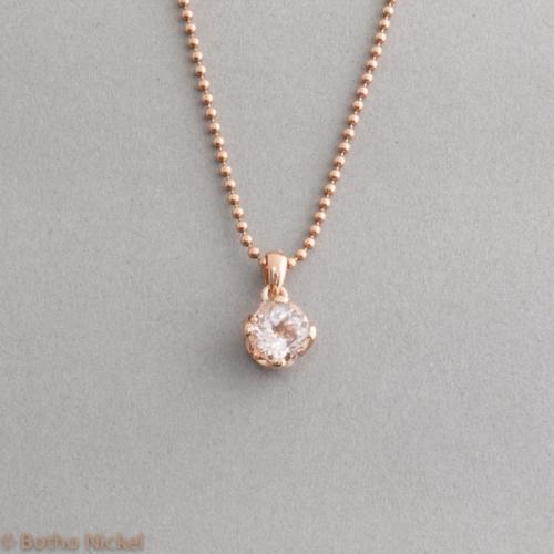 Kette aus 18 Karat Roségold mit Moganit in einer Krappenfassung, Goldschmiede Botho Nickel Schmuck Hamburg, Juwelier, Goldschmiede Gemmologe und Diamantgutachter