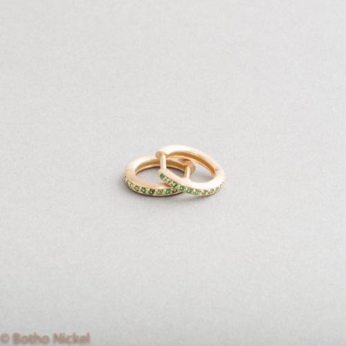 Kreolen aus 18 Karat Gold mit Tsavoriten , Goldschmiede Botho Nickel Schmuck Hamburg Juwelier, Goldschmiede, Gemmologe und Diamantgutachter