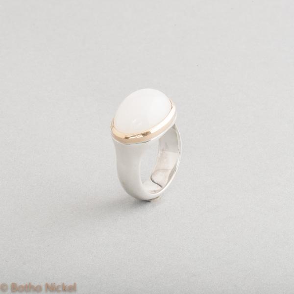 Ring aus Silber mit weissem Mondstein Cabochon , Goldschmiede Botho Nickel Schmuck Hamburg Juwelier, Goldschmiede, Gemmologe und Diamantgutachter