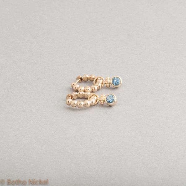 Kreolen aus 18 Karat Gold mit Aquamarinen, Goldschmiede Botho Nickel Schmuck Hamburg, Juwelier, Goldschmiede, Gemmologe und Diamantgutachter