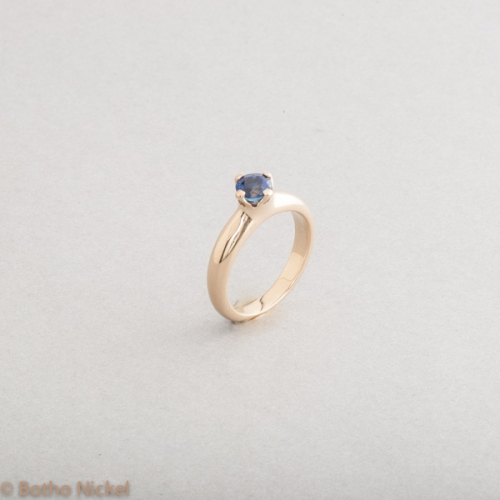 Ring aus 18 Karat Gold mit Saphir in Botho Nickel Krappenfassung, Goldschmied Botho Nickel Schmuck Hamburg, Juwelier, Goldschmiede, Gemmologe und Diamantgutachter