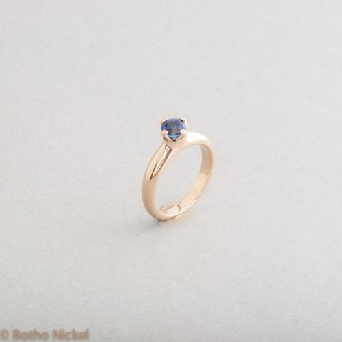 Ring aus 18 Karat Gold mit Saphir in Botho Nickel Krappenfassung, Goldschmied Botho Nickel Schmuck Hamburg, Juwelier, Goldschmiede, Gemmologe und Diamantgutachter