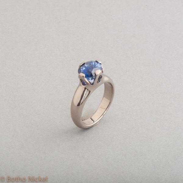 Ring aus 18 Karat Weissgold mit Saphir, Goldschmied Botho Nickel Schmuck Hamburg Juwelier Goldschmiede Gemmologe und Diamantgutachter