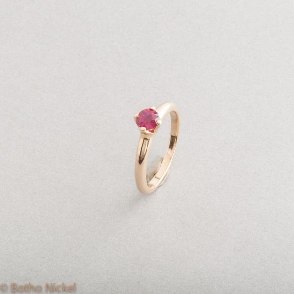 Ring aus 18 Karat Gold mit Rubin in Botho Nickel Krappenfassung, Goldschmiede, Juwelier, Gemmologe und Diamantgutachter