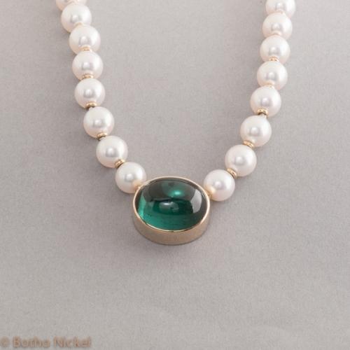 Perlenkette mit 18 Karat Gold und Turmalin Cabochon , Goldschmiede Botho Nicke Schmuck Hamburg Juwelier, Goldschmiede Gemmologe und Diamantgutachter