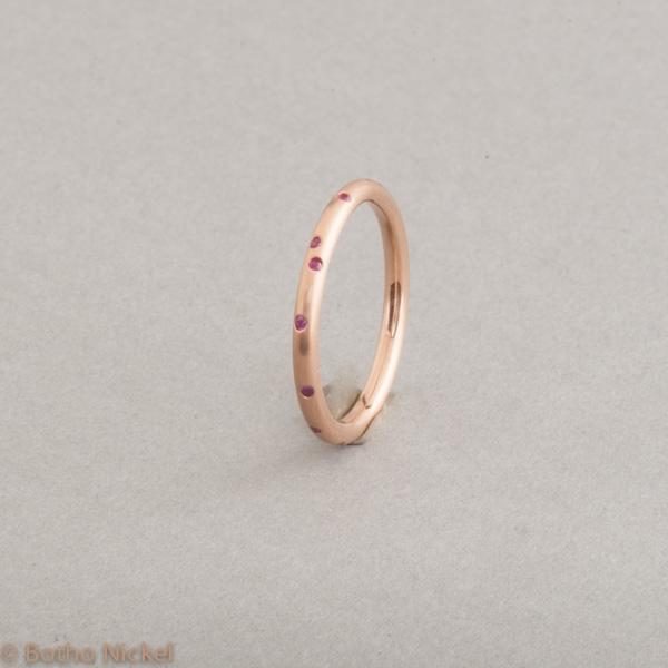 Ring aus 18 Karat Roségold mit pinken Saphiren, Goldschmiede Botho Nickel Schmuck Hamburg, Juwelier, Goldschmiede, Gemmologe und Diamantgutachter