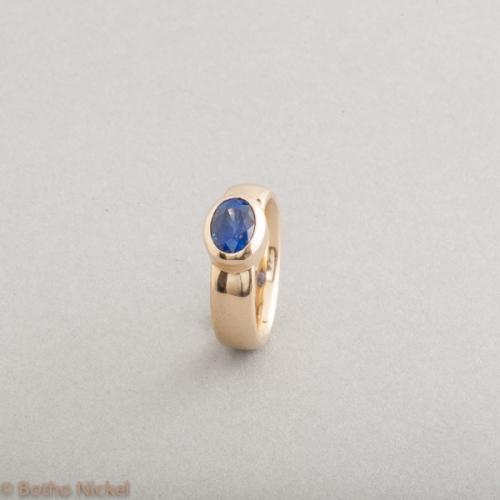 Ring aus 18 Karat Gold mit Saphir, Goldschmiede Botho Nickel Schmuck Hamburg, Juwelier, Goldschmiede, Gemmologe und Diamantgutachter
