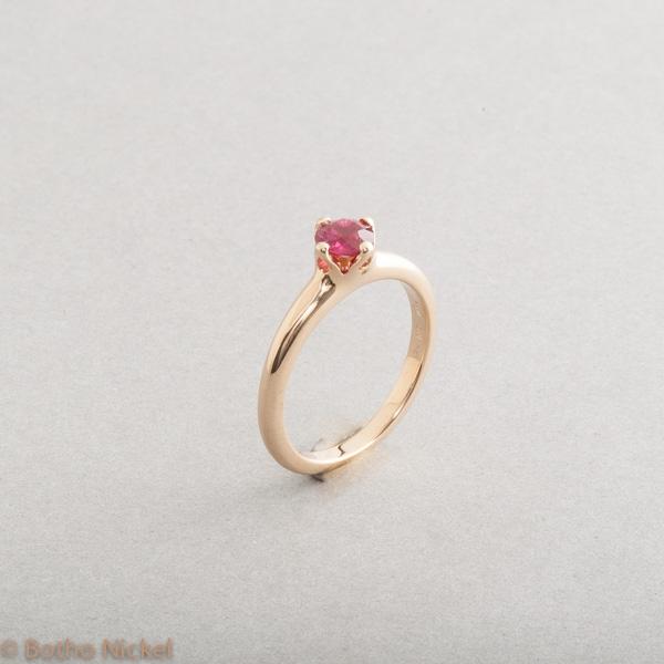 Ring aus 18 Karat Gold mit Rubin, Goldschmiede Botho Nickel Schmuck Hamburg, Juwelier, Goldschmiede , Gemmologe, Diamantgutachter