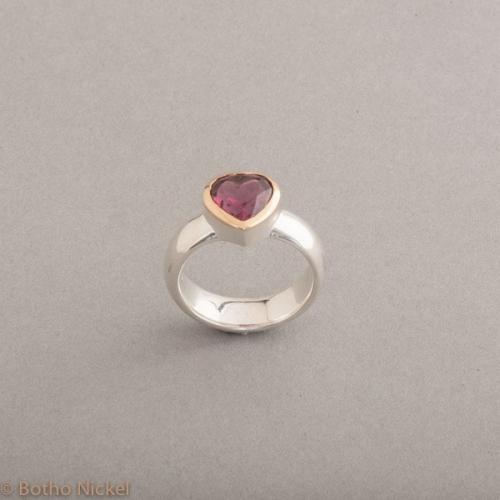 Ring aus Silber mit Rhodolith Herz, Fassung aus 18 Karat Gold, Schmuck Hamburg, Juwelier und Goldschmiede