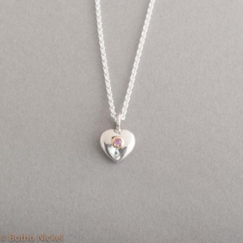 Kette aus Silber mit einem Herzanhänger mit Saphir (pink) rund 2,5 mm, Botho Nickel Schmuck Hamburg, Juwelier, Goldschmiede, Gemmologe und Diamantgutachter