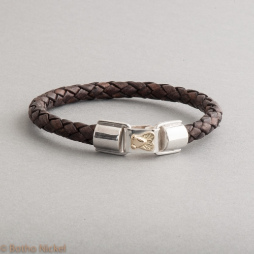 Armband aus Leder Verschluss aus Silber und Fliege aus 18 Karat Gold, Botho Nickel Schmuck Hamburg