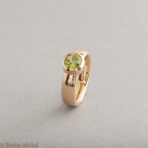 Ring aus 18 Karat Gold mit Peridot rund facettiert, Botho Nickel Schmuck Hamburg, Juwelier, Goldschmiede, Gemmologe und Diamantgutachter