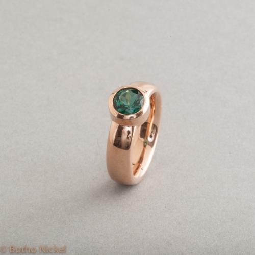 Ring aus 18 Karat Roségold mit Indigolith, Botho Nickel Schmuck Hamburg, Juwelier, Goldschmiede, Gemmologe und Diamantgutachter