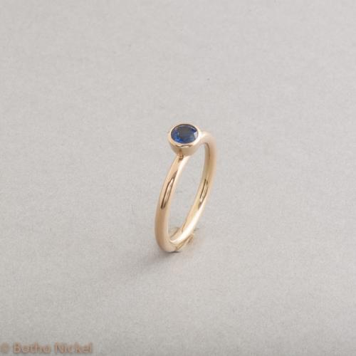 Verlobungsring aus 18 Karat Gold mit Saphir , Botho Nickel Schmuck Hamburg, Juwelier, Goldschmiede, Gemmologe, Diamantgutachter