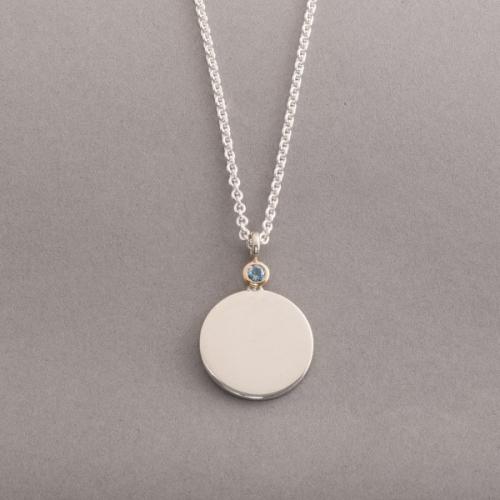 Kette aus Silber mit Gravurplättchen und Aquamarin, Botho Nickel Schmuck , Juwelier Goldschmiede Gemmologe und Diamantgutachter