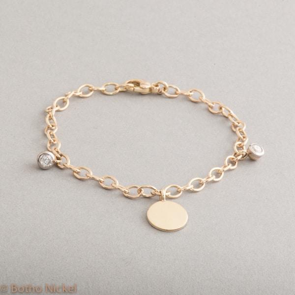 Armband 18 Karat Gold mit Brillanten und Gravurplättchen, Botho Nickel Schmuck Hamburg, Juwelier, Goldschmiede, Gemmologe und Diamantgutachter