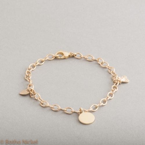 Armband 18 Karat Gold mit Gravurplättchen, Fliege und Herzanhänger, Botho Nickel Schmuck Hamburg, Juwelier, Goldschmiede, Gemmologe und Diamantgutachter