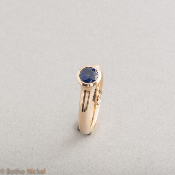 Ring aus 18 Karat Gold mit Saphir rund facettiert, Goldschmiede Botho Nicke Schmuck Hamburg Juwelier, Goldschmiede Gemmologe und Diamantgutachter