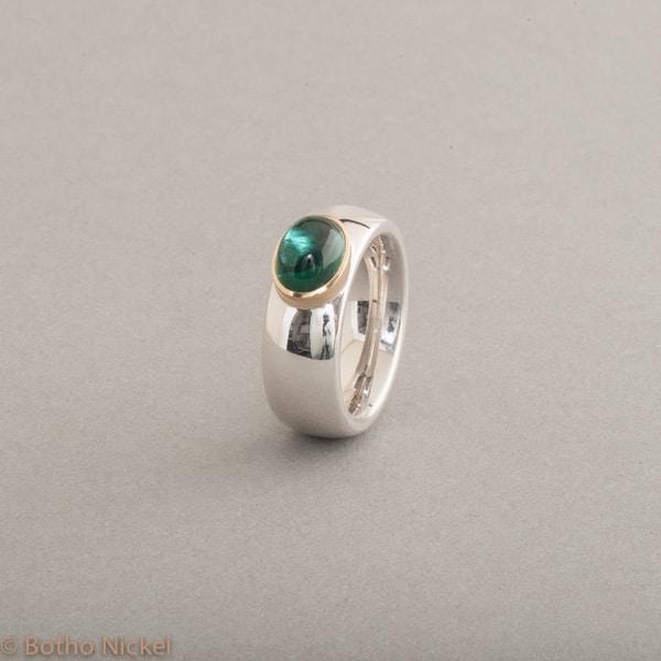 Ring aus Silber mit Turmalin Cabochon, Fassung 18 Karat Gold Schmuck Hamburg, Juwelier und Goldschmiede
