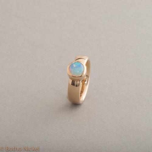 Ring aus 18 Karat Gold mit Opal rund, Botho Nickel Schmuck Hamburg, Juwelier und Goldschmiede