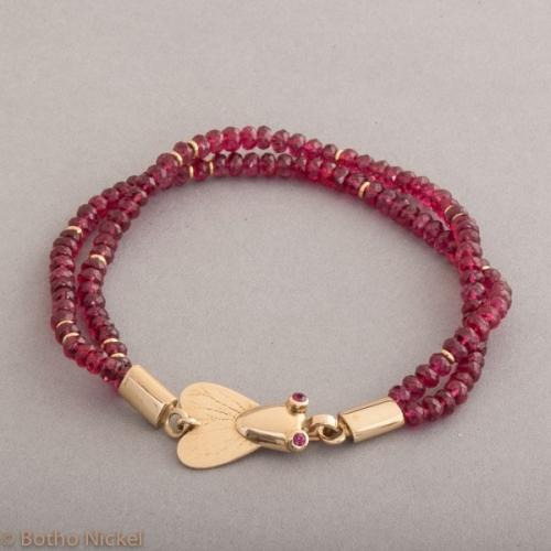 Armband aus Spinellen mit Botho Nickel Fleige als Verschluss mit Rubinen besetzt, Botho Nickel Schmuck Hamburg, Juwelier und Goldschmiede