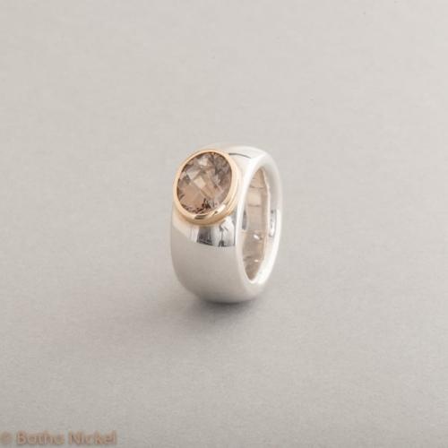 Ring aus Silber mit Rauchquarz, Fassung aus 18 Karat Gold, Botho Nickel Schmuck Hamburg, Juwelier und Goldschmiede