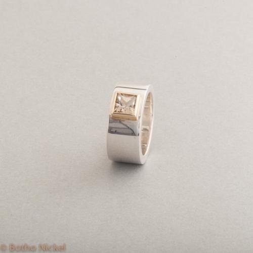 Ring aus Silber mit Rauchquarz im Princess Cut, Fassung 18 Karat Gold, Botho Nickel Schmuck Hamburg, Juwelier und Goldschmiede