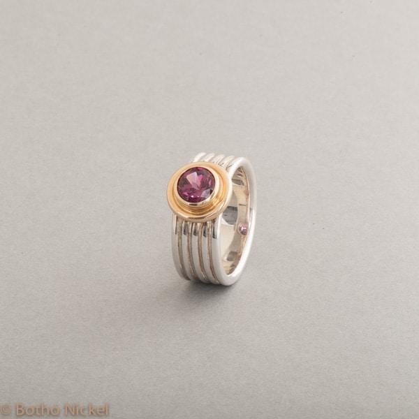 Ring aus Silber mit Rhodolith (Granat), Fassung aus 18 Karat Gold, Botho Nickel Schmuck Hamburg, Juwelier und Goldschmiede