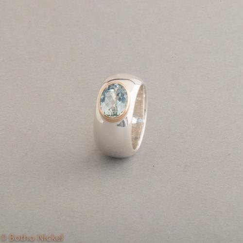 Ring aus Silber mit Aquamarin, Fassung aus 18 Karat Gold, Botho Nickel Schmuck Hamburg, Juwelier und Goldschmiede
