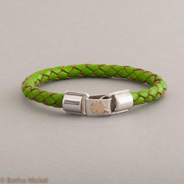 Armband aus Leder mit Kleeblatt aus 18 Karat Gold, Botho Nickel Schmuck Juwelier und Goldschmiede