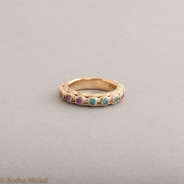 Ring aus 18 Karat Gold mit behandelten farbigen Brillanten, Botho Nickel Schmuck Hamburg, Juwelier und Goldschmiede