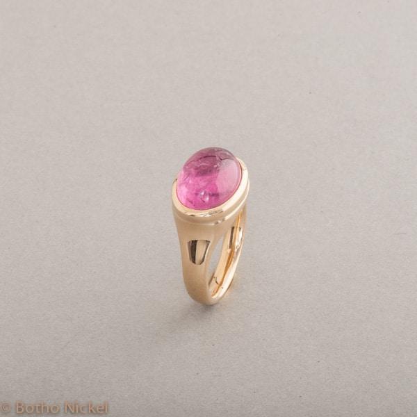 Ring aus 18 Karat Gold mit Rubellit Cabochon, Botho Nickel Schmuck Hamburg, Juwelier und Goldschmiede