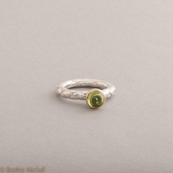 Ring aus Silber mit Peridot Cabochon , Fassung 18 Karat Gold, Botho Nickel Schmuck Juwelier und Goldschmiede