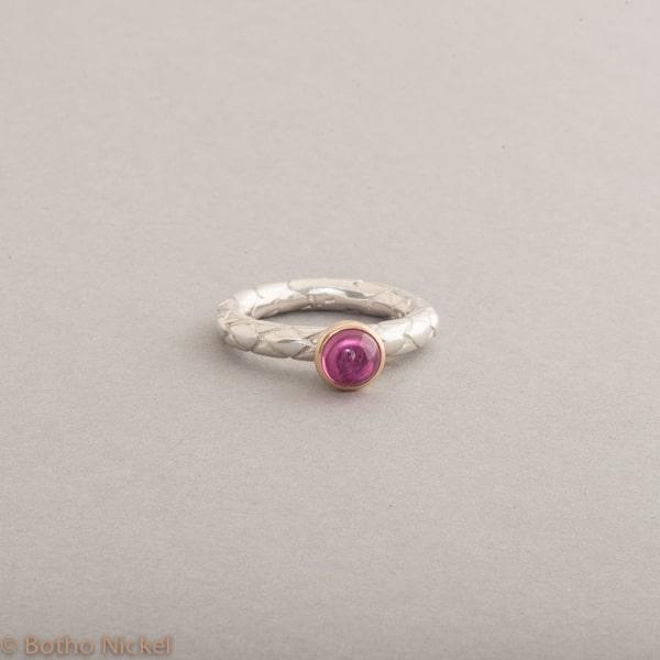 Ring aus Silber mit Rubellit Cabochon , Fassung 18 Karat Gold, Botho Nickel Schmuck Juwelier und Goldschmiede