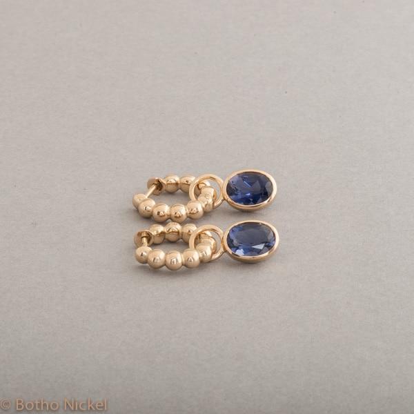 Kreolen aus 18 Karat Gold mit Iolith, Botho Nickel Schmuck Hamburg Juwelier und Goldschmiede