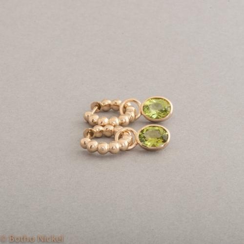 Kreolen aus 18 Karat Gold mit Peridot, Botho Nickel Schmuck Hamburg Juwelier und Goldschmiede