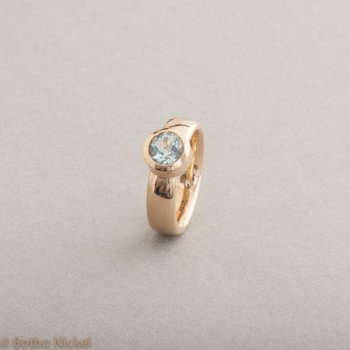 Ring aus 18 Karat Gold mit Aquamarin rund facettiert 6.5 mm, Botho Nickel Schmuck Hamburg Juwelier und Goldschmiede