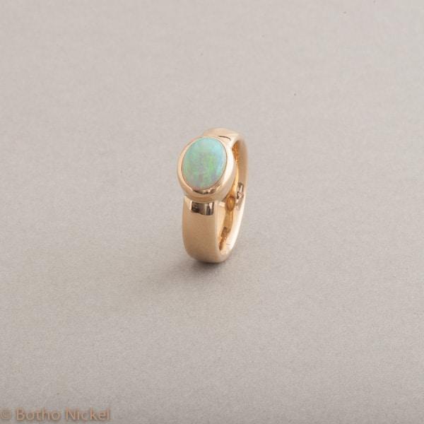 Ring aus 18 Karat Gold mit Opal, Schmuck Hamburg, Juwelier und Goldschmiede