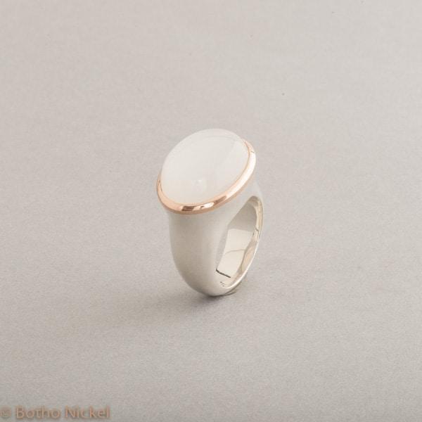 Ring aus Silber mit Mondstein, Fassung aus 18 Karat Roségold, Botho Nickel Schmuck Hamburg, Juwelier, Goldschmiede, Gemmologe und Diamantgutachter