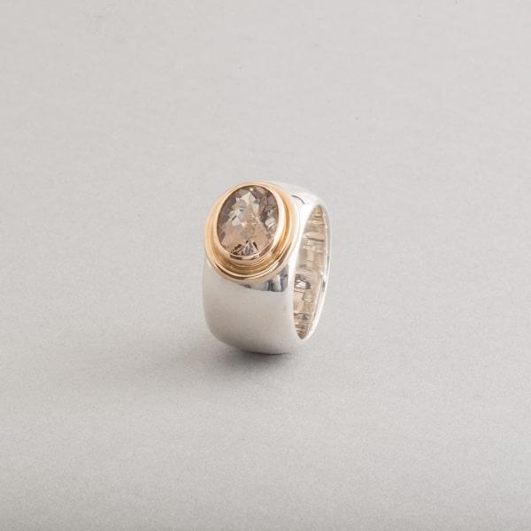 Ring aus Silber mit Rauchquarz , Fassung aus 18 Karat Gold, Botho Nickel Schmuck Hamburg, Juwelier, Goldschmiede, Gemmologe und Diamantgutachter