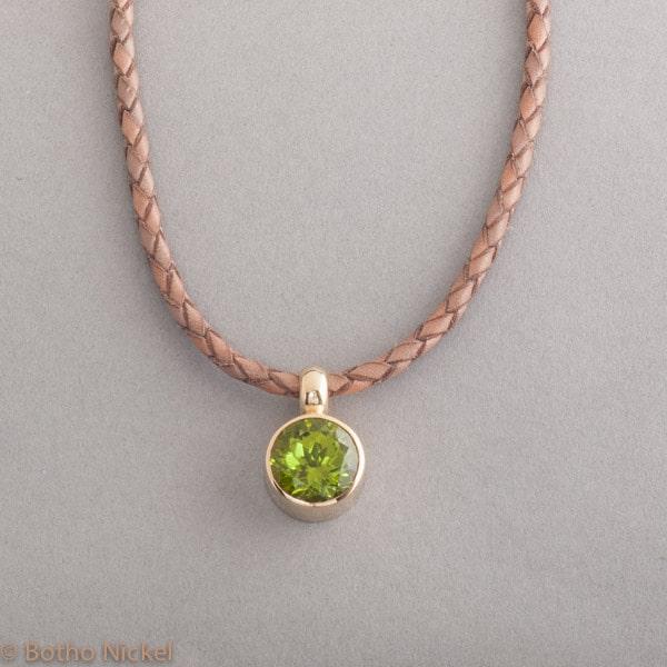 Lederkette mit Peridot 18 Karat Gold , Botho Nickel Schmuck, Goldschmiede, Juwelier, Gemmologe und Diamantgutachter