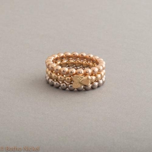 Kugelringe aus 18 Karat Gold mit Fliege, Botho Nickel Schmuck Hamburg Juwelier und Goldschmiede