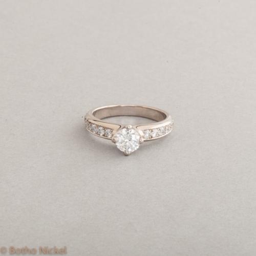 Ring aus 18 KaratWeißgold mit einem perfekt geschliffenen Brillanten 0,54 ct, hoch feines Weiss (E) Si1 in einer Botho Nickel Herz-Krippenfassung, Botho Nickel Schmuck Hamburg Juwelier und Goldschmiede