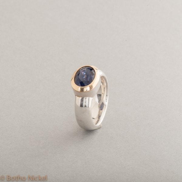 Ring aus Silber mit Iolith, Fassung aus 18 Karat Roségold, Botho Nickel Schmuck Hamburg, Juwelier und Goldschmiede